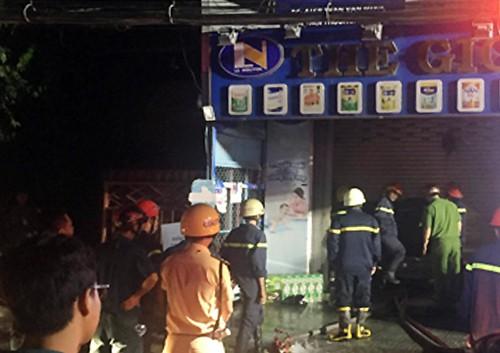 Hai vợ chồng kẹt trong cửa hàng bị cháy ven Sài Gòn