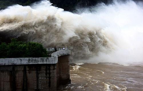Sáng nay thủy điện Sơn La, Hòa Bình đồng loạt xả lũ