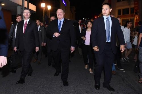 Ngoại trưởng Mỹ Pompeo dạo phố đêm Hà Nội