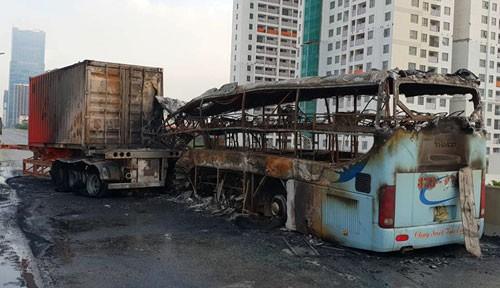 Ôtô khách cháy rụi ở đường trên cao, một người tử vong
