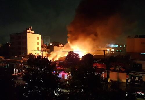 Khu dân cư Sài Gòn náo loạn vì kho vải cháy ngùn ngụt