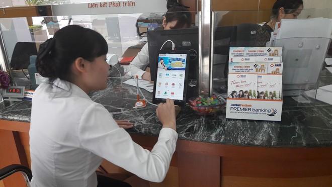 LienVietPostBank dùng máy tính bảng giới thiệu sản phẩm tới khách hàng