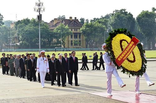 Lãnh đạo Đảng, Nhà nước đặt vòng hoa, vào lăng viếng Chủ tịch Hồ Chí Minh