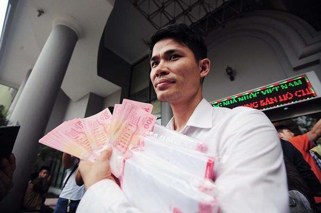 [Chùm ảnh] Xếp hàng rồng rắn mua tiền lưu niệm 100 đồng