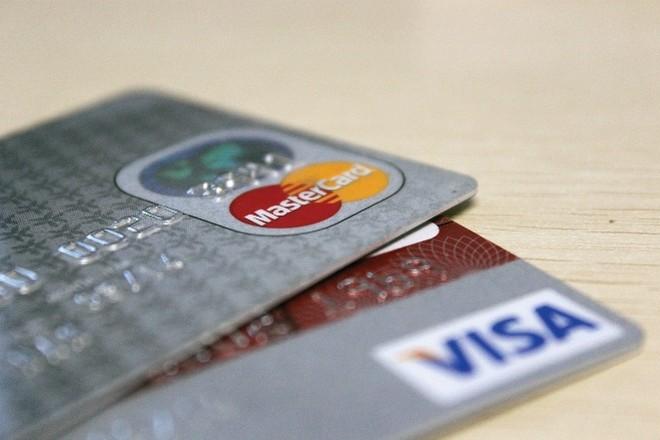 """Phí dịch vụ ngân hàng vẫn """"âm thầm"""" tăng mạnh"""