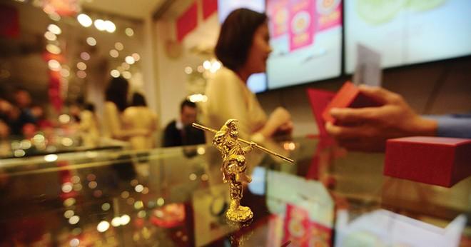 Lần đầu sau 5 năm, giá vàng trong nước thấp hơn giá quốc tế
