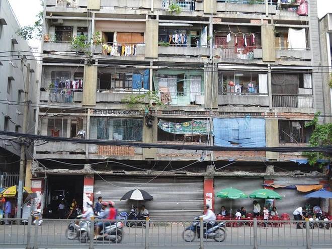 """""""Giải cứu"""" chung cư cũ tại TP.HCM: Câu chuyện chưa hồi kết"""