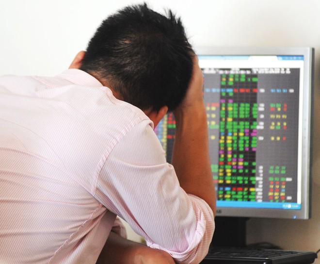 """Nhà đầu tư """"khóc ròng"""" với cổ phiếu giảm không phanh"""