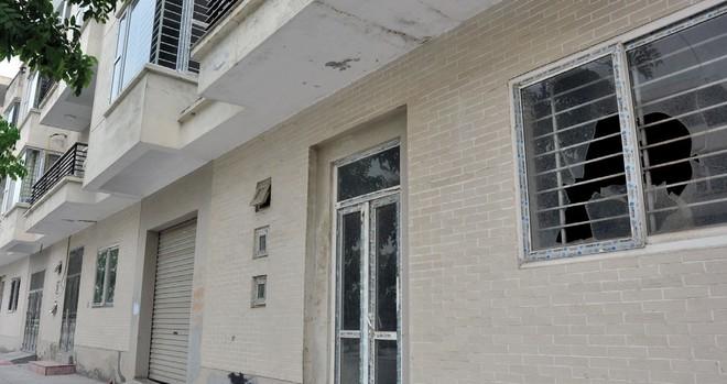 Cỏ dại mọc trong biệt thự tiền tỷ tại Khu đô thị Văn Phú