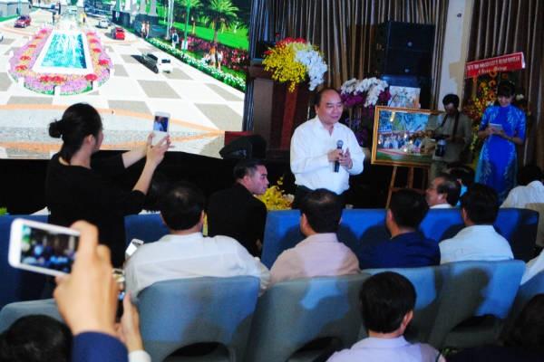 Thủ tướng Nguyễn Xuân Phúc thị sát một số dự án cảng - đô thị tại Long An