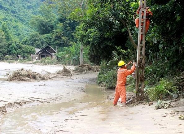 EVN khắc phục sự cố lưới điện do mưa lũ tại miền Trung