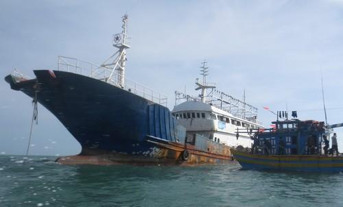 Tàu lạ không người trôi dạt trên biển Bình Thuận