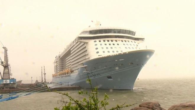 Siêu du thuyền chở hơn 5.600 người cập cảng Chân Mây