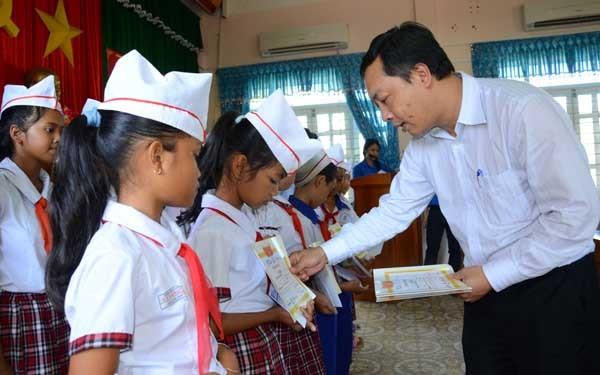 """Quỹ học bổng """"Swing for the Kids"""" đến với trẻ em Bình Định"""
