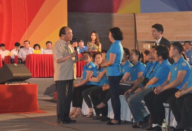 Thủ tướng Nguyễn Xuân Phúc đối thoại với 2.000 công nhân, người lao động miền Trung