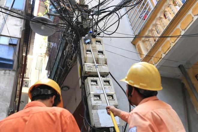 """Xăng - điện """"nắm tay nhau"""" tăng giá: Áp lực dồn nặng lên vai người lao động"""