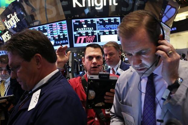 Đà tăng của chứng khoán chựng lại, giá vàng hồi phục