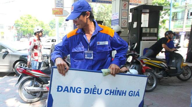 Hôm nay, giá xăng sẽ giảm 300 đồng/lít?