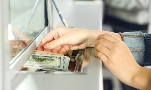 Nhân viên ngân hàng nguy hiểm với tiền của bạn thế nào