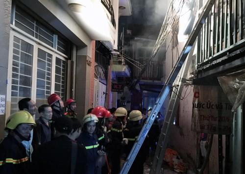 Cháy nhà ở phố Tây Sài Gòn, du khách tháo chạy