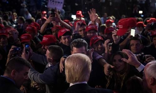Người ủng hộ phấn khích và hoang mang khi Trump đắc cử