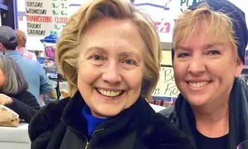 Clinton tươi cười đi mua sắm cho Lễ Tạ ơn