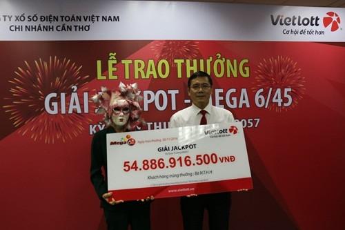 Khách hàng ở Vĩnh Long nhận giải xổ số gần 55 tỷ đồng