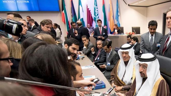 Giá dầu nhảy vọt sau thỏa thuận của OPEC