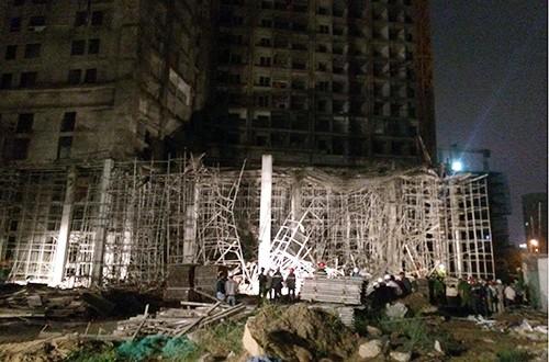 Sập giàn giáo tòa nhà Luxury Apartment đang thi công, 4 người bị thương
