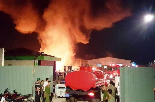 Cháy bãi tập kết ống nhựa Tiền phong Hải Phòng