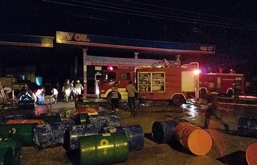 Hàn cần cẩu tại cửa hàng xăng dầu, 7 người bị bỏng