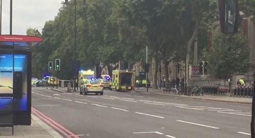 Ôtô lao vào đám đông ở London, nhiều người bị thương