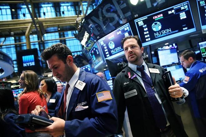 Chứng khoán, dầu thô đồng loạt giảm, giá vàng tăng vọt