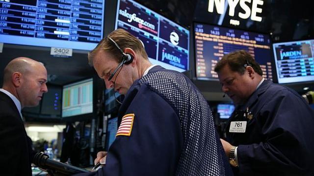 Giá dầu thô tăng vọt, vàng và chứng khoán giảm