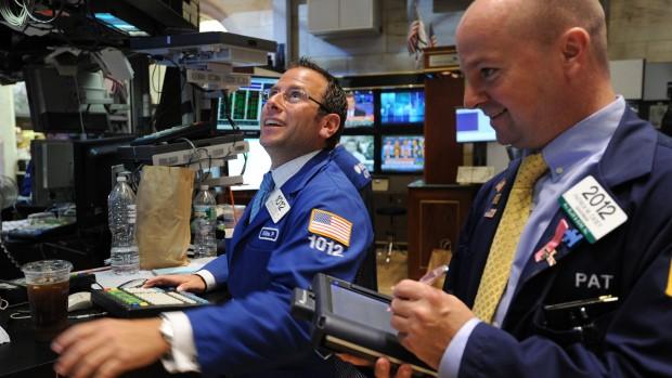 Chứng khoán, dầu thô phục hồi ấn tượng, giá vàng quay đầu giảm