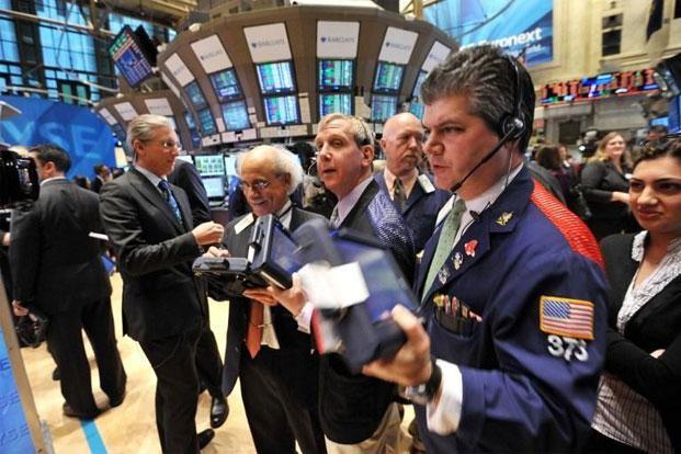 USD xuống thấp, đẩy chứng khoán và vàng tăng cao