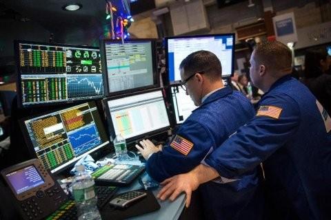 Vàng tiếp tục giảm, giá dầu bốc hơi