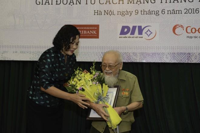"""Ngân hàng Nhà nước trao thưởng cuộc thi """"Tìm hiểu về tiền Việt Nam"""""""
