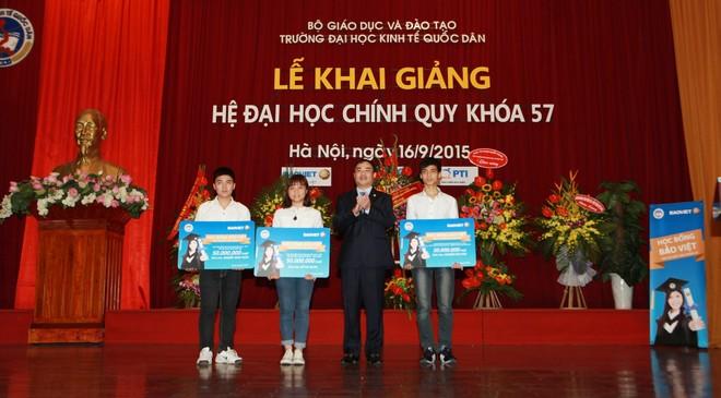 Tân thủ khoa NEU nhận học bổng 500 triệu đồng từ Bảo Việt