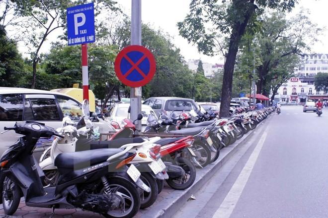 """Điểm trông giữ xe ở Hà Nội """"chắt chém"""", thu 20.000 đồng/xe máy"""