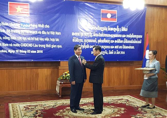 Bộ trưởng Bùi Quang Vinh nhận Huân chương Isala hạng Nhất