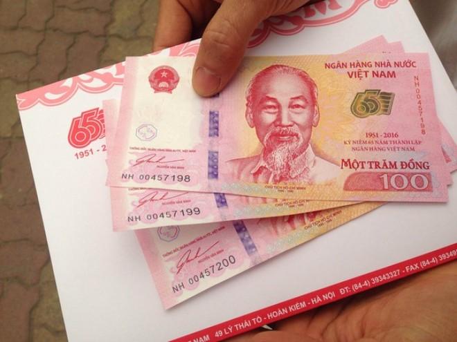 """Tiền lưu niệm 100 đồng """"đội giá"""" ngoài thị trường tự do"""