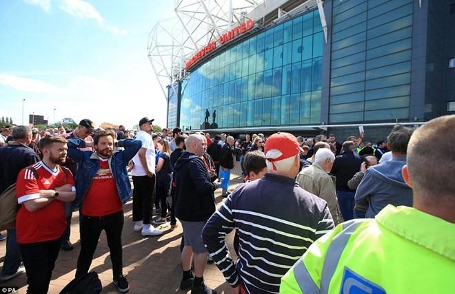 """Cảnh sát Anh kích nổ thiết bị """"trông giống bom"""" ở sân Old Trafford"""