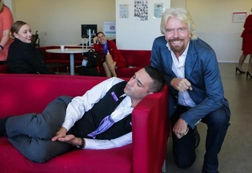 Tỷ phú Richard Branson trêu nhân viên ngủ gật