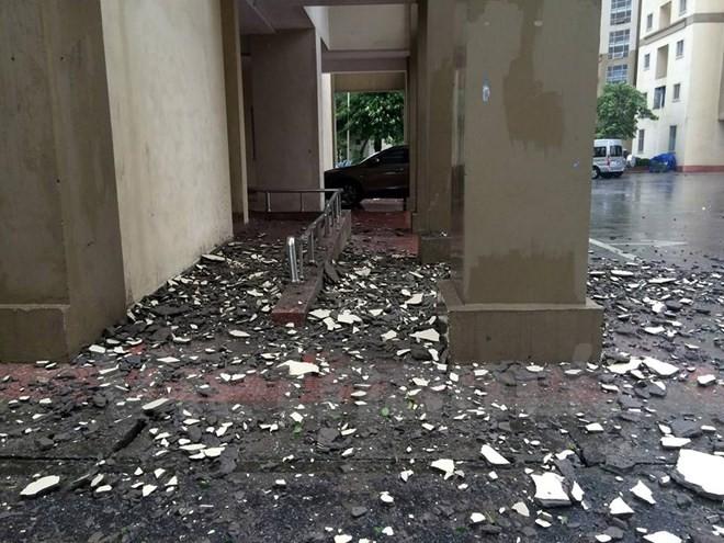 Hoảng hồn vì từng mảng vữa tường chung cư Nam Trung Yên rơi trong mưa