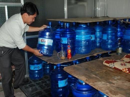 """Hà Nội: """"siết"""" chặt hoạt động sản xuất nước uống đóng chai"""