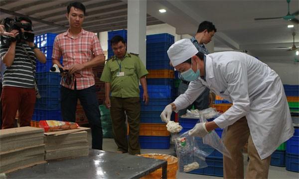 Phát hiện 2 cơ sở sản xuất bánh Trung Thu bẩn tại Hà Nội