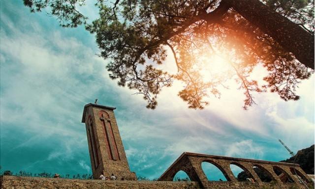Nhà thờ đá Tam Đảo thấp thoáng trong mây