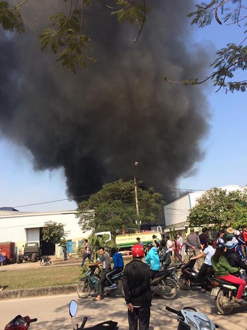 Hàng nghìn m2 nhà xưởng đổ sập sau đám cháy