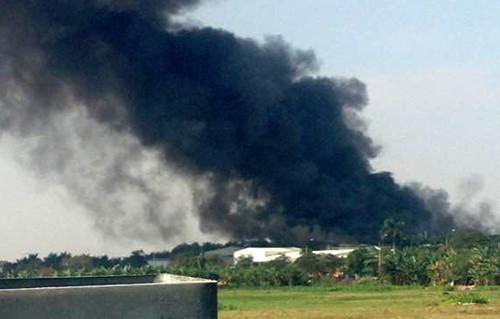 Kho gỗ ép hơn 2.000 m2 ở Hà Nội cháy dữ dội